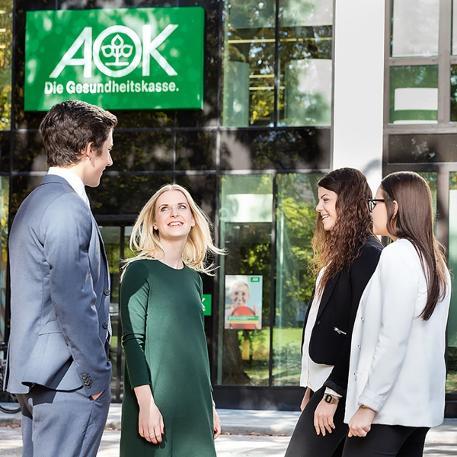 Führungskultur: Eine Gruppe junger Menschen der AOK Baden-Württemberg unterhält sich